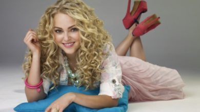AnnaSophia Robb as Carrie Bradshaw in The Carrie Diaries on the CW