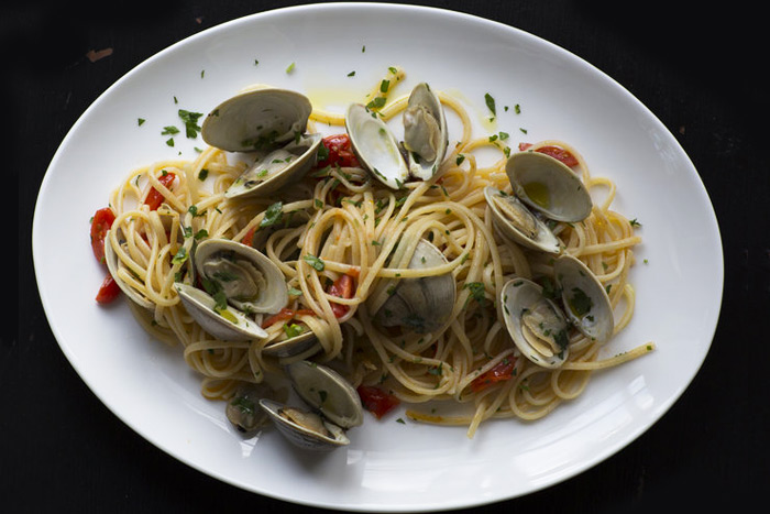 A plate of pasta with clams